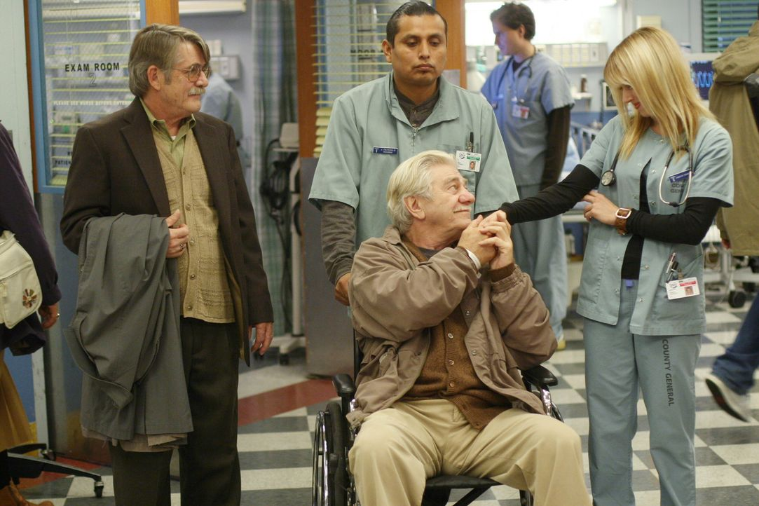 Mr. Gover (Seymour Cassel, vorne) bedankt sich bei Sam (Linda Cardellini, r.) für die tolle Betreuung während seine Aufenthalts im County ... - Bildquelle: Warner Bros. Television