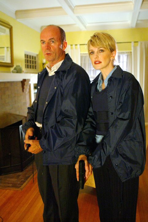 Eine heiße Spur: Ein nicht geklärter Mord aus dem Jahre 1991 beschäftigt Det. Lilly Rush (Kathryn Morris, r.) und Lt. John Stillman (John Finn, l... - Bildquelle: Warner Bros. Television