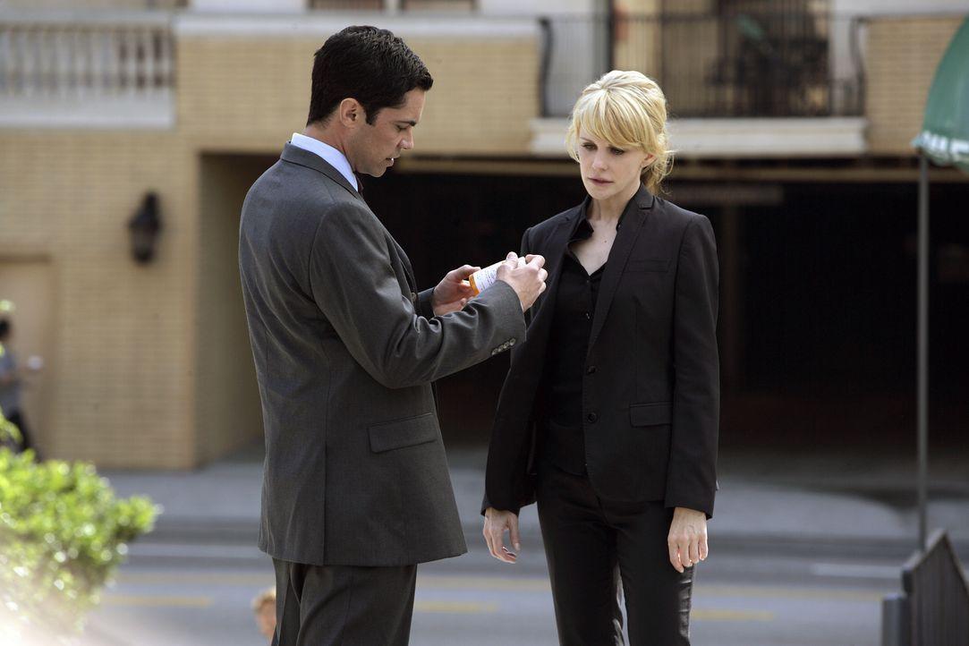 Det. Lilly Rush (Kathryn Morris, r.) zeigt Det. Scott Valens (Danny Pino, l.) Medikamente, die sie im Apartment ihrer Schwester gefunden hat. - Bildquelle: Warner Bros. Television