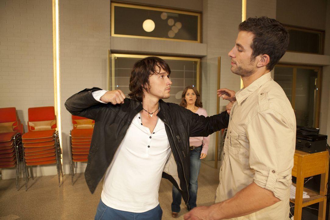 In einer Coachingstunde mit Ben (Christopher Kohn, l.) lässt Michael (Andreas Jancke, r.) sich entlocken, dass Bea (Vanessa Jung, M.) ihm gefällt.... - Bildquelle: David Saretzki SAT.1