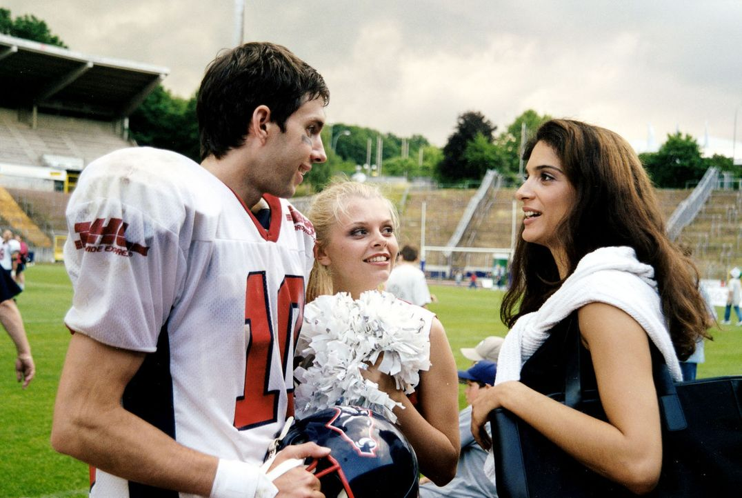 Nach dem Spiel ihres Freundes Sven (Joram Voelklein, l.) trifft Natalie (Anne Sophie Briest, M.) zum ersten Mal Vera (Katja Giammona, r.), die angeb... - Bildquelle: Sat.1