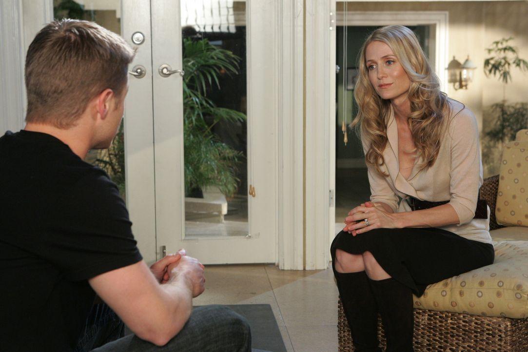 Ryan (Benjamin McKenzie, l.) hat wieder einen erotischen Tagtraum mit Taylor, doch diesmal ist es Kirsten (Kelly Rowan, r.), die ihn wieder in die R... - Bildquelle: Warner Bros. Television