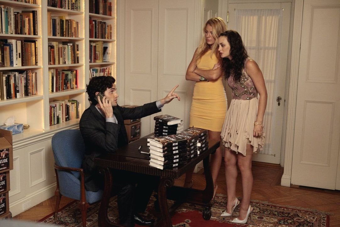 Können nicht glauben, was Dan (Penn Badgley, l.) über sie in seinem Buch geschrieben hat: Serena (Blake Lively, M.) und Blair (Leighton Meester, r.)... - Bildquelle: Warner Bros. Television