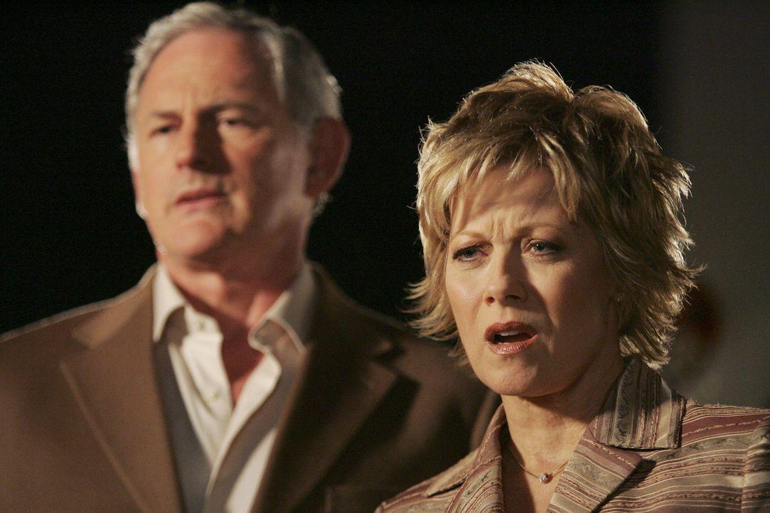 Elis Verhalten wird immer merkwürdiger: Jordan (Victor Garber, l.) und seine Frau (Barbara Niven, r.) verstehen den Anwalt nicht mehr ... - Bildquelle: Disney - ABC International Television