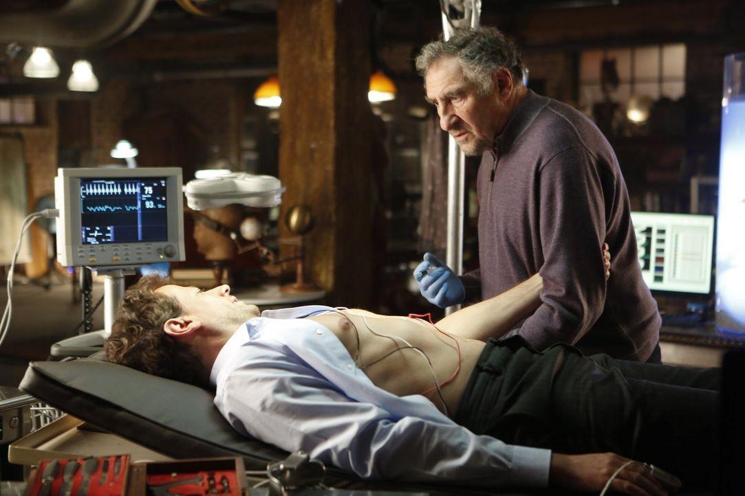 Unter den wachsamen Augen von Abe (Judd Hirsch, l.) kann sich Dr. Henry Morgan (Ioan Gruffudd, r.) als Unsterblicher eine Portion des besonders gift... - Bildquelle: Warner Brothers