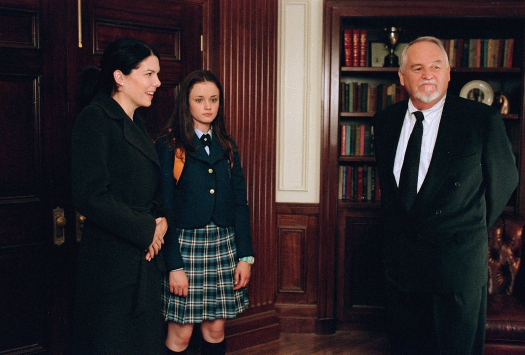 Gleich an Rorys (Alexis Bledel, M.) erstem Schultag an der Chilton geht einfach alles schief und dank Lorelai (Lauren Graham, l.) hinterlässt Rory n... - Bildquelle: 2000 Warner Bros.