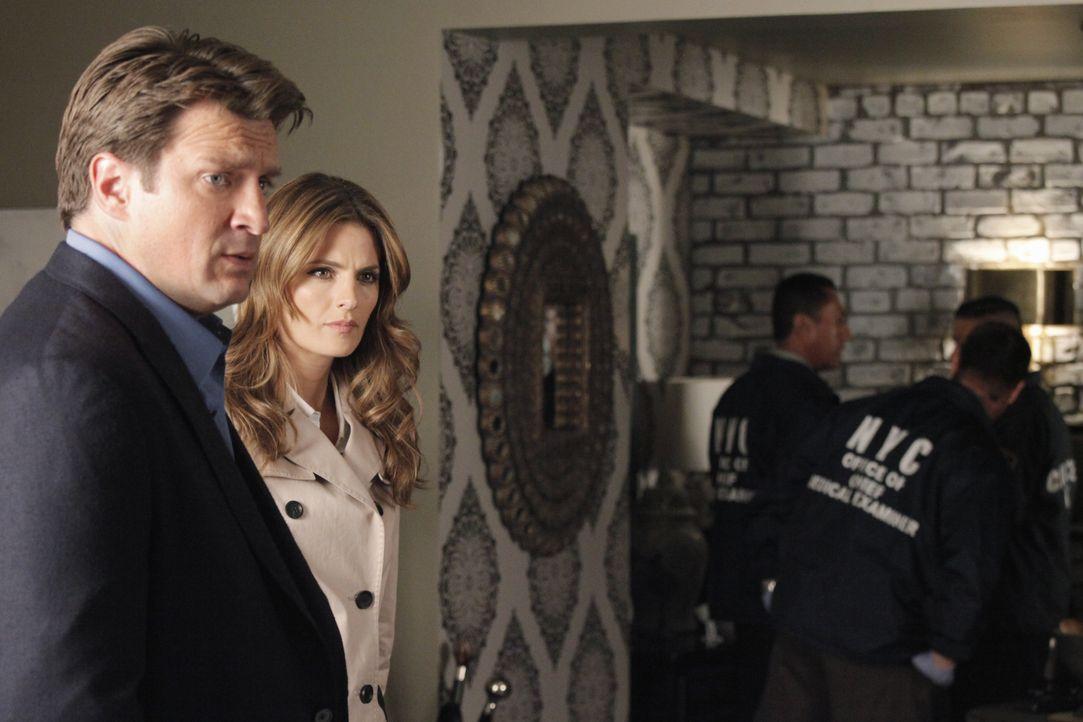 Alles deutet darauf hin, dass Castle (Nathan Fillion, l.) etwas mit dem Mord an einer jungen Frau zu tun hat. Glaubt Kate Beckett (Stana Katic, 2.v.... - Bildquelle: 2012 American Broadcasting Companies, Inc. All rights reserved.