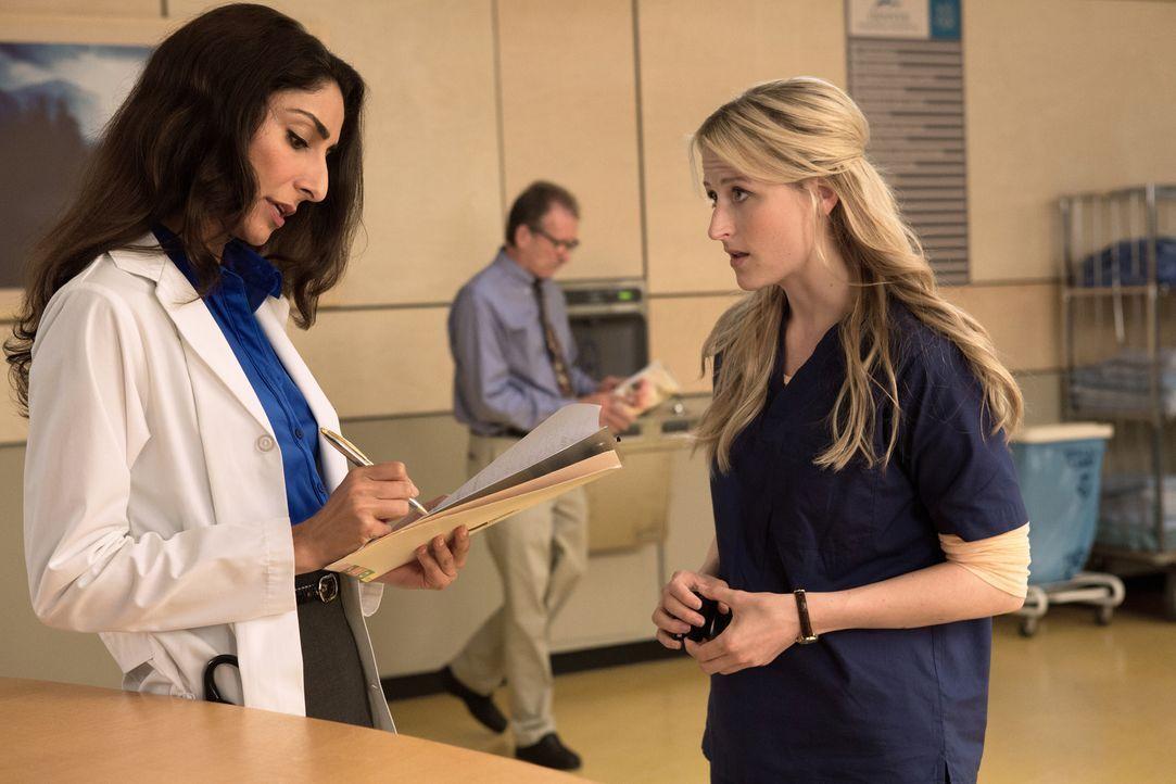 Emily (Mamie Gummer, r.) hatte keinen besonders guten Start mit Dr. Gina Bandari (Necar Zadegan, l.) und bittet um eine zweite Chance ... - Bildquelle: 2012 The CW Network, LLC. All rights reserved.