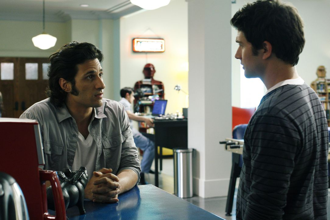 Kyle (Matt Dallas, r.) hält sich an seine Abmachung mit Cassidy (Hal Ozsan, l.) und arbeitet bei Latnok an einem Schwebeboard für einen Wettbewerb... - Bildquelle: TOUCHSTONE TELEVISION