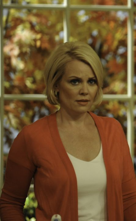 Sucht Hilfe bei Dani: Anne Marie (Gail O'Grady) ... - Bildquelle: 2011 Sony Pictures Television Inc. and Universal Network Television LLC.  All Rights Reserved.
