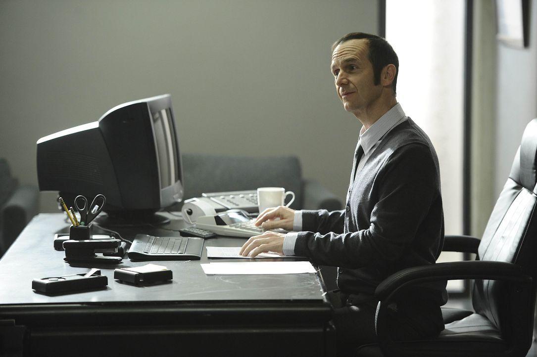 1994: Über den Besuch von Tate in seinem Büro ist Larry Harvey (Denis O'Hare) verwundert. Noch ahnt er nichts von dessen Vorhaben ... - Bildquelle: 2011 Twentieth Century Fox Film Corporation. All rights reserved.