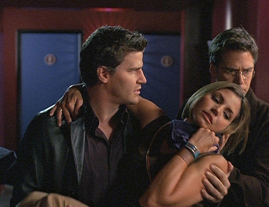 Angel (David Boreanaz, l.) und Wesley (Alexis Denisof, r.) bringen die verletzte Cordelia (Charisma Carpenter, M.) in Sicherheit ... - Bildquelle: 20th Century Fox. All Rights Reserved.
