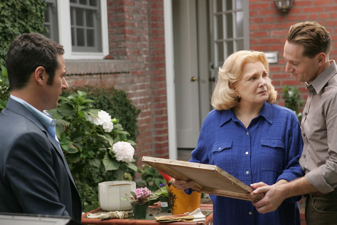 Ein gelöster Fall: Don (Rob Morrow, l.) überreicht Erika Hellman (Gena Rowlands, M.) und deren Enkel Joel  (Matt Ross, r.), den originalen Pisarro,... - Bildquelle: CBS International Television