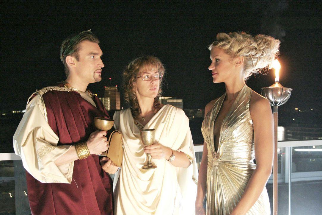 Überraschend für Lisa (Alexandra Neldel, M.) und Richard (Karim Köster, l.) taucht Sabrina (Nina-Friederike Gnädig, r.) auf der Toga-Party auf.... - Bildquelle: Noreen Flynn Sat.1