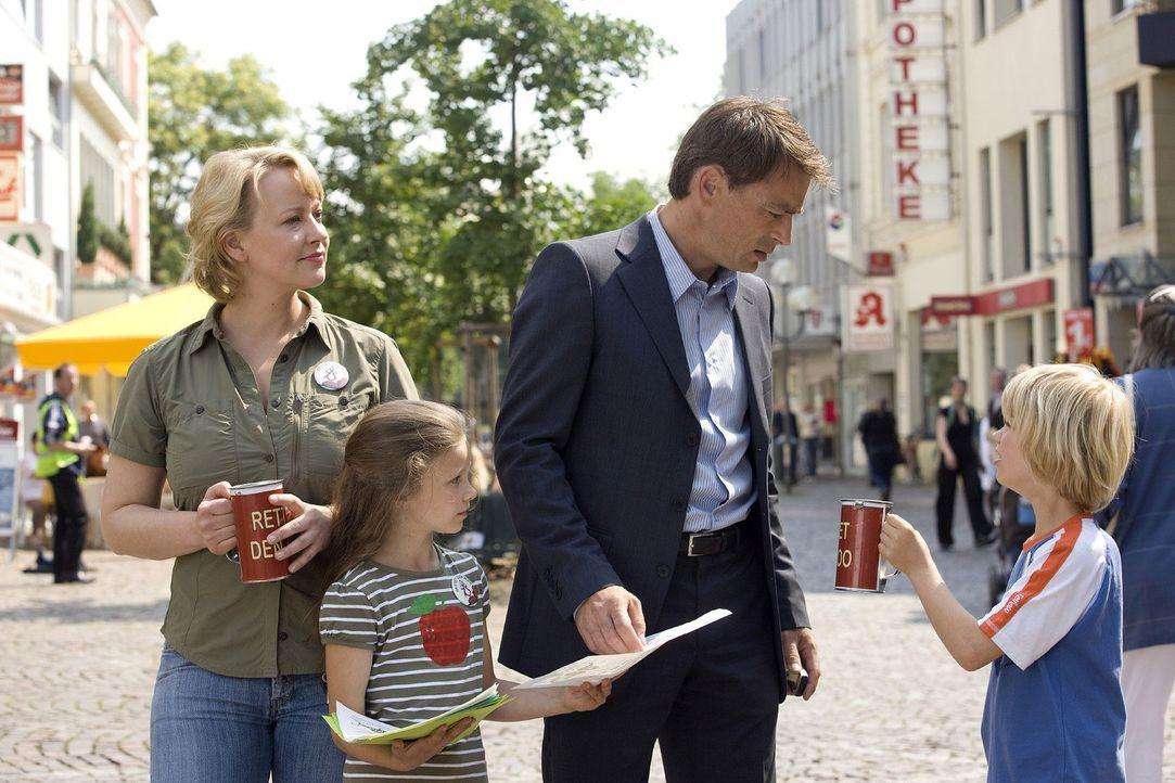 Mark (Jan Sosniok, 2.v.r.) wird von seinem Sohn (Tom Hoßbach, r.) um eine Spende für den Zoo gebeten. Dem kleinen Tom liegt der zoologische Garten... - Bildquelle: Sat.1