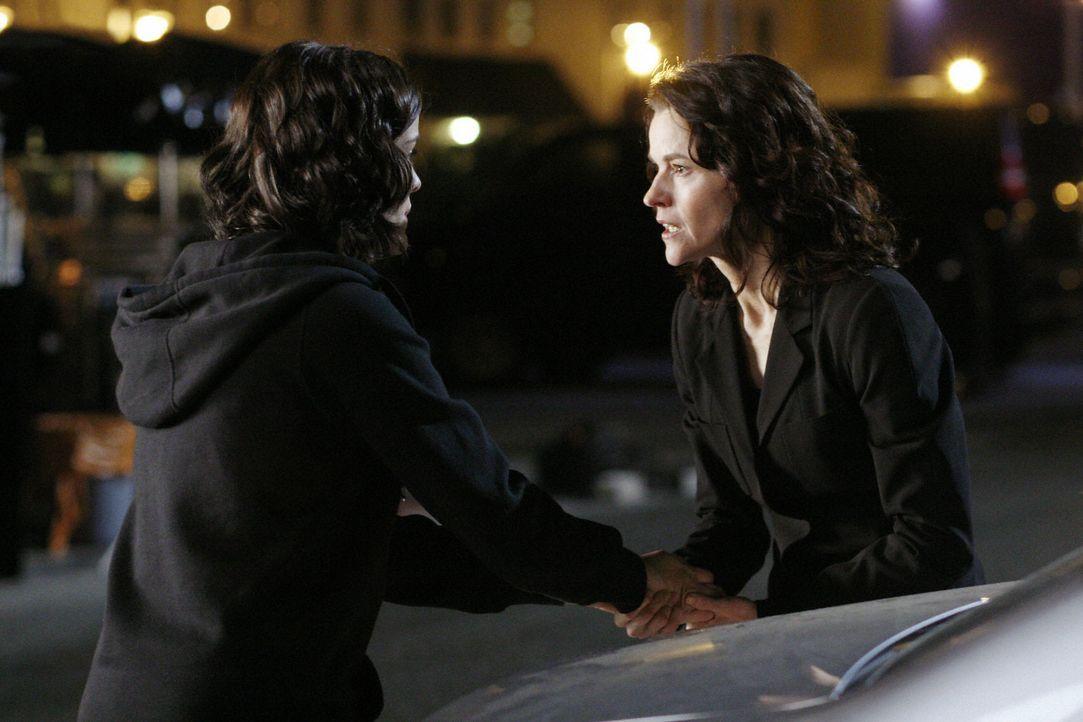 Jesse (Jaimie Alexander, l.) weiß, dass mit Kyle irgendetwas nicht in Ordnung ist und macht sich sofort auf die Suche nach ihm. Ihre Mutter Sarah (... - Bildquelle: TOUCHSTONE TELEVISION
