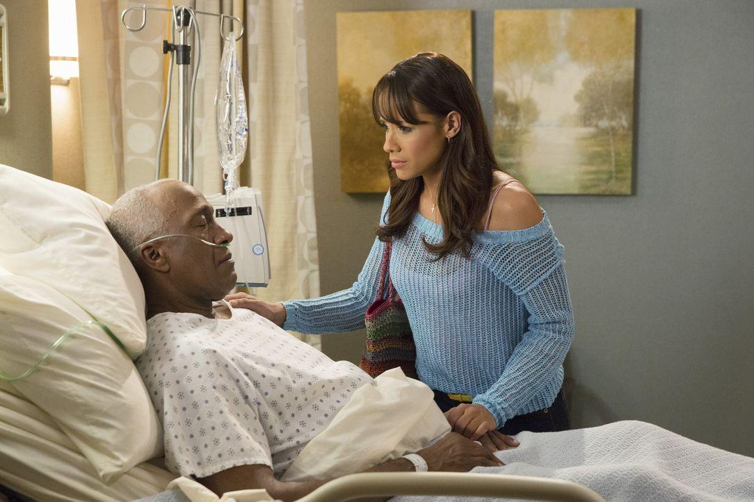 Rosie (Dania Ramirez, r.) ahnt nicht, wie weit Reggie gehen würde, um an das Vermögen seines Onkels Kenneth (Willie C. Carpenter, l.) zu kommen ... - Bildquelle: 2014 ABC Studios