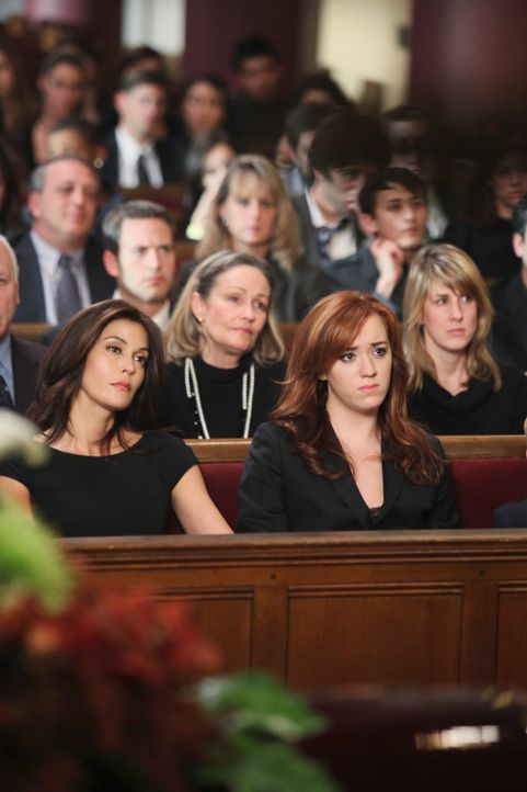 Der schreckliche Unfall hat mehrere Opfer gefordert: Susan (Teri Hatcher, l.) und Julie (Andrea Bowen, r.) nehmen Abschied ... - Bildquelle: ABC Studios