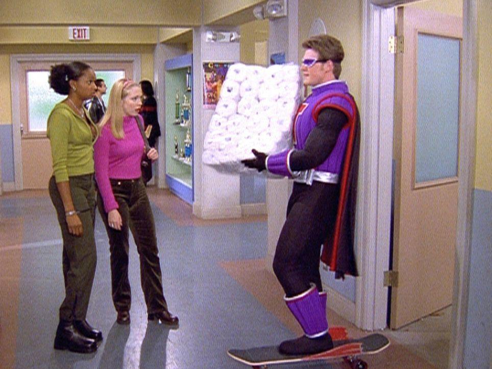 Sabrina (Melissa Joan Hart, M.) hat Harvey (Nate Richert, r.) aus Versehen in einen Super-Helden verwandelt. - Bildquelle: Paramount Pictures