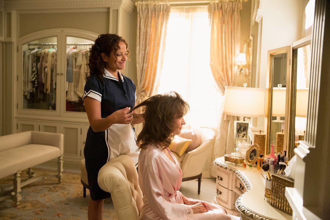 Valentina tut alles, um Remi näher zu kommen, doch ihre Mutter Zoila (Judy Reyes, l.) geht aus Sorge, Valentina könnte enttäuscht werden, dazwischen... - Bildquelle: ABC Studios