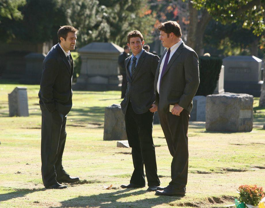 Eddie Latekka (Geoff Stults, l.), Nick Garrett (Bryan Greenberg, M.) und Owen Rowan (Brad William Henke, r.) gehen gemeinsam zur Beerdigung einer ju... - Bildquelle: ABC Studios