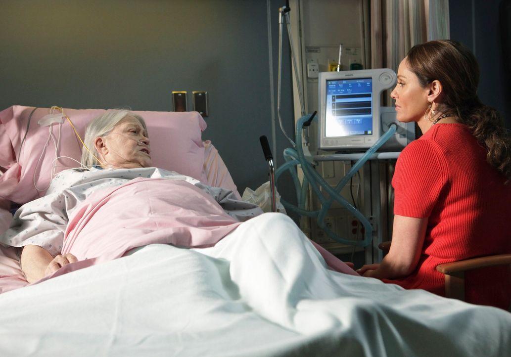 Petes Mutter (Louise Fletcher, l.) wird mit einer Herzrhythmusstörung eingeliefert. Es brechen alte Wunden auf, da sie sich nie um Pete und seinen... - Bildquelle: ABC Studios