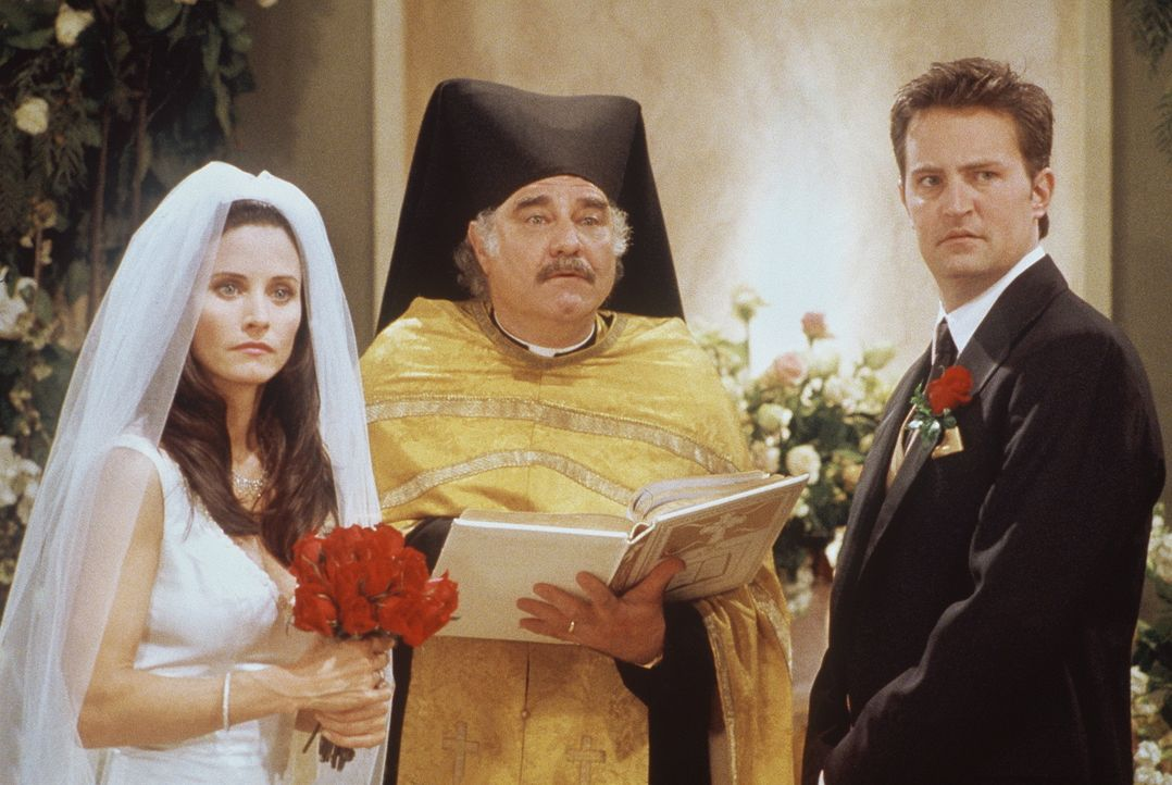 Glück gehabt: Monica (Courteney Cox, l.) und Chandler (Matthew Perry, r.) konnten im letzten Moment noch einen Priester (Steve Susskind, M.) auftre... - Bildquelle: TM+  2000 WARNER BROS.