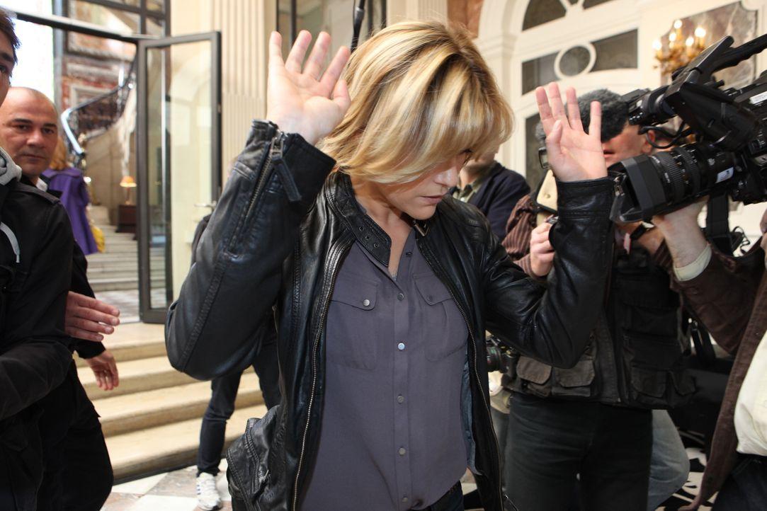 Ihr neuster Fall sorgt für ein großes Medienaufgebot, ganz zum Leidwesen von Fred (Vanessa Valence) ... - Bildquelle: Xavier Cantat 2011 BEAUBOURG AUDIOVISUEL / Xavier Cantat