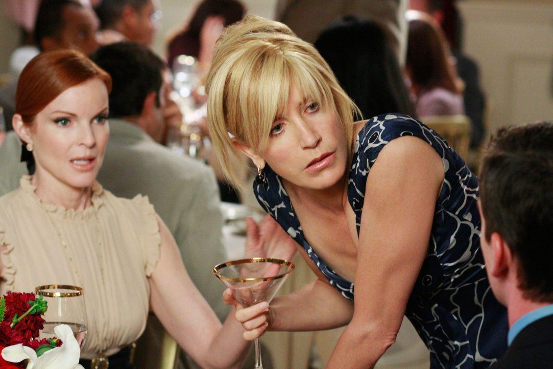 Lynette (Felicity Huffman, M.) würde gern Bree (Marcia Cross, l.) bei ihrer Werbekampagne behilflich sein, doch die ist mit ihrer momentanen sehr zu... - Bildquelle: ABC Studios