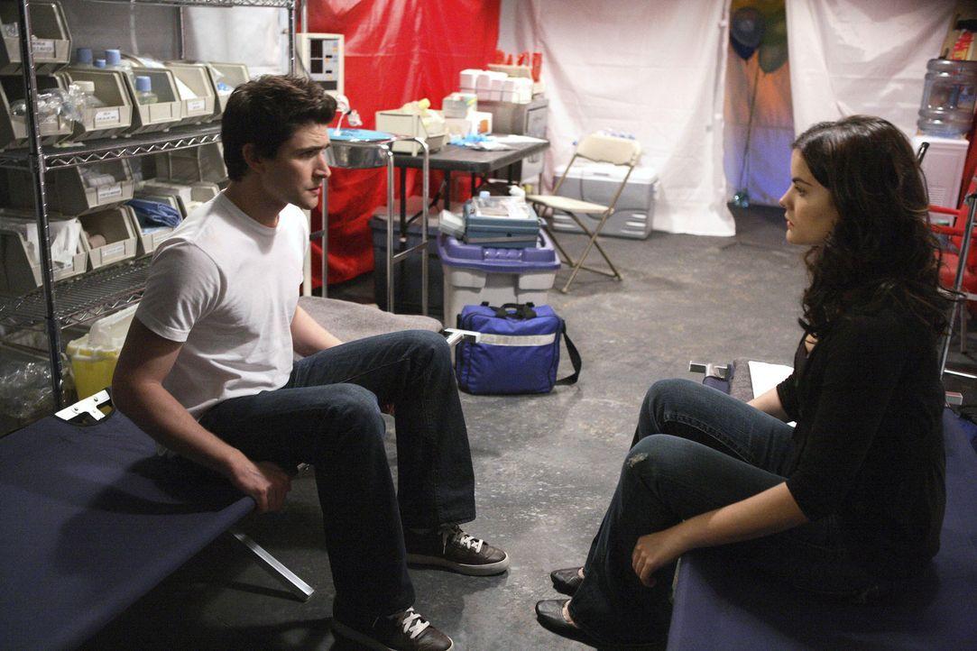 Sie sind sich ähnlicher, als sie vermuten: Kyle (Matt Dallas, l.) und Jessi (Jaimie Alexander, r.) finden im Krankenzelt heraus, dass ihnen beiden... - Bildquelle: TOUCHSTONE TELEVISION