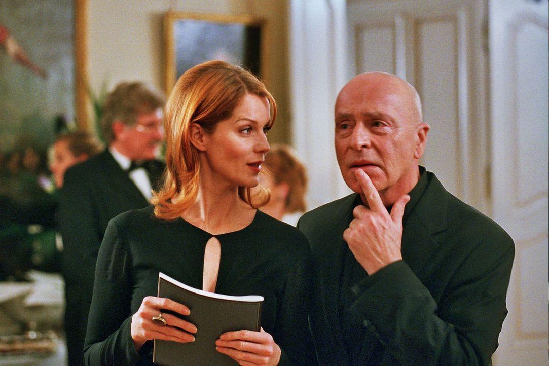 Sandra (Esther Schweins, l.) kommt mit Leclair (Wilfried Baasner, r.) ins Gespräch. - Bildquelle: Sat.1