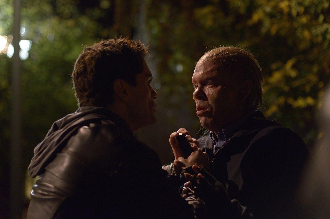 Jeff (Malcolm Travis, r.) hat es auf Aidan (Sam Witwer, l.) abgesehen, doch wird er sich retten können? - Bildquelle: Phillipe Bosse 2013 B.H. 2 Productions (Muse) Inc. ALL RIGHTS RESERVED.