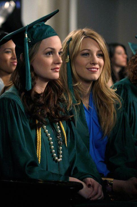 Eine Ära geht zu Ende: Andächtig lauschen Blair (Leighton Meester, l.) und Serena (Blake Lively, r.) der Abschlusszermonie ... - Bildquelle: Warner Brothers