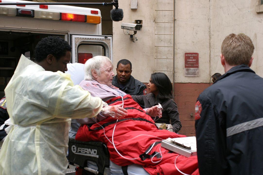 Nach einem Streit mit ihrer Nichte, wird Rebecca (Pat Carroll, 2.v.l.) ins County Hospital eingeliefert. Malik (Deezer D., l.) und Neela (Parminder... - Bildquelle: WARNER BROS