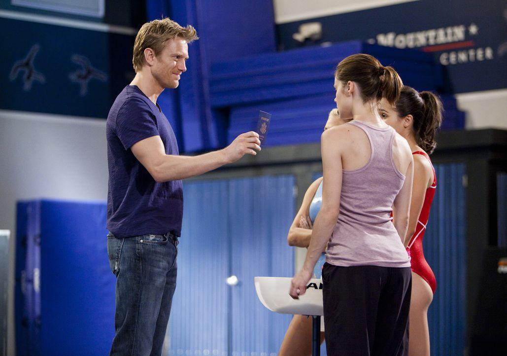Sasha (Neil Jackson, l.) überbringt Emily (Chelsea Hobbs, vorne r.) die freudige Nachricht, dass ihre Suspendierung aufgehoben wurde und überreich... - Bildquelle: 2010 Disney Enterprises, Inc. All rights reserved.