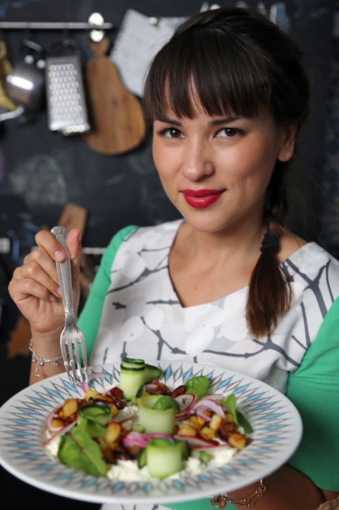 Rachel Khoo weiß, wie man sogar aus einem englischen Gartensalat etwas Besonderes macht ... - Bildquelle: Richard Hill BBC 2013