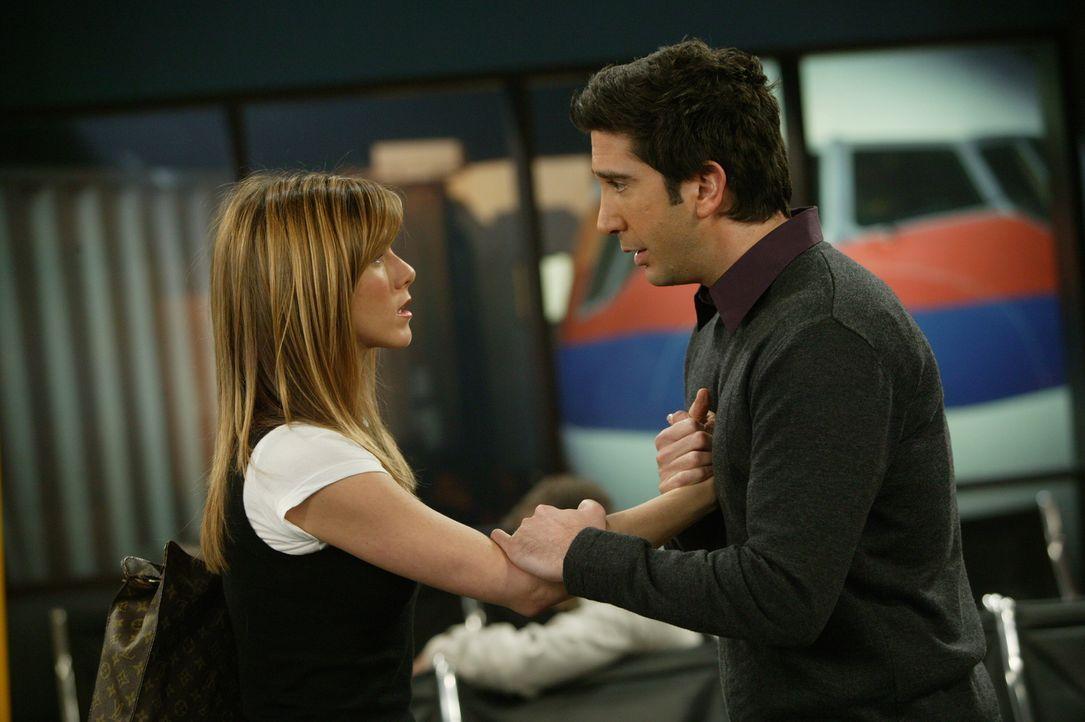Ross (David Schwimmer, r.) erwischt Rachel (Jennifer Aniston, l.) am Flughafen und bittet sie, ihn nicht zu verlassen. Doch sie steigt in die Maschi... - Bildquelle: 2003 Warner Brothers International Television