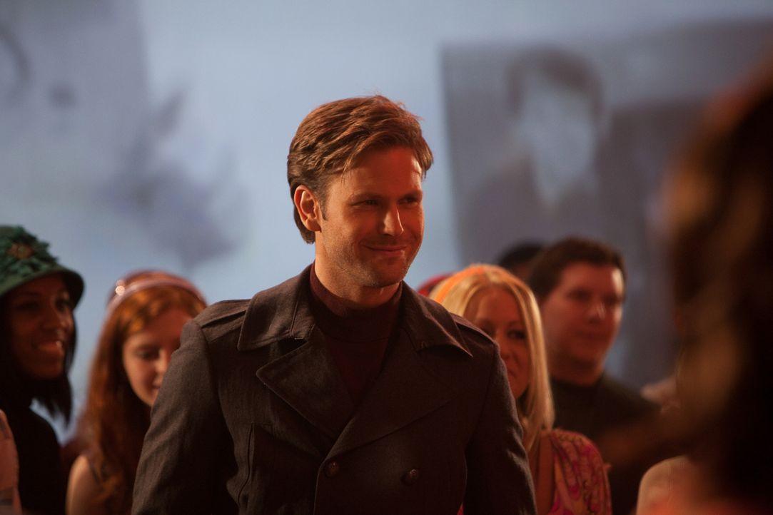 Klaus hat Alarics (Mathew Davis) Gestalt angenommen und sorgt auf der Schulparty für Ärger ... - Bildquelle: Warner Bros. Television