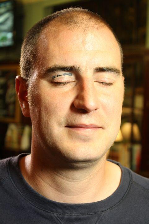 Eine feuchtfröhliche Nacht mit seinem Bruder in einer Bar bescherte Grant ein Tattoo auf seinem Augenlied. Doch heute bereut der junge Vater die bet... - Bildquelle: Remarkable 2014
