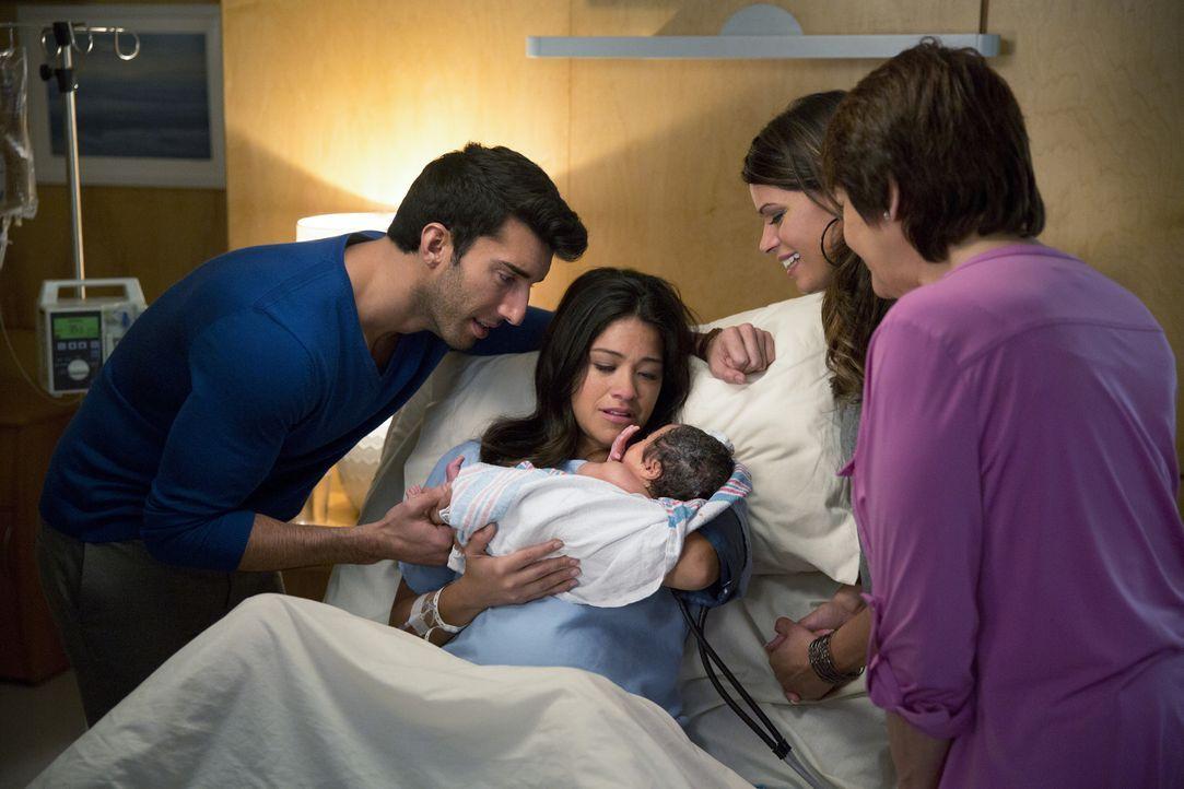 Das Baby ist da: Jane (Gina Rodriguez, 2.v.l.), Alba (Ivonne Coll, r.), Xo (Andrea Navedo, 2.v.r.) und Rafael (Justin Baldoni, l.) sind überglücklic... - Bildquelle: 2014 The CW Network, LLC. All rights reserved.