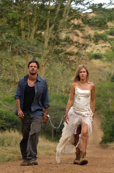 Aus Angst, Vic (Stephan Luca, l.) könne sie alleine im afrikanischen Busch zurücklassen, kettet sich Lisa (Wolke Hegenbarth, r.) kurz entschlossen... - Bildquelle: David Gur SAT.1