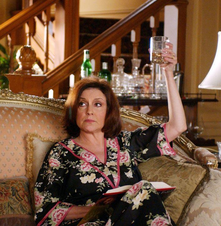 Nach dem unerwarteten Tod von Richards Mutter kümmert sich Emily (Kelly Bishop) um die Beerdigung, bis sie einen Brief findet, der sie vollkommen er... - Bildquelle: 2003 Warner Bros.