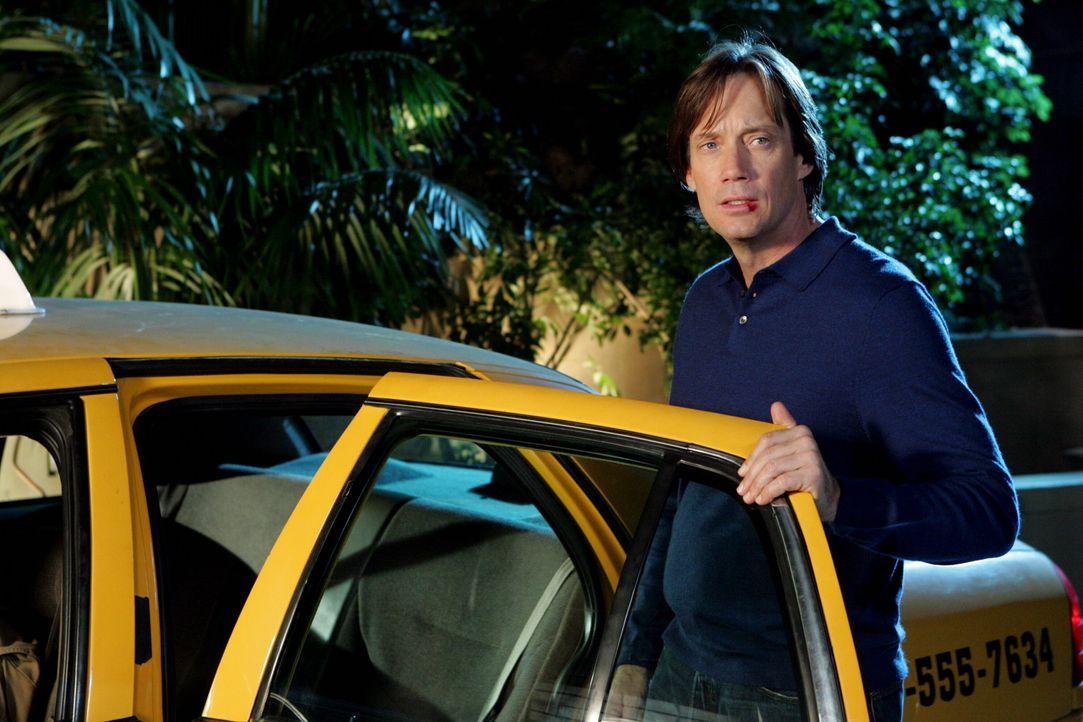 Sandy trifft sich mit Frank (Kevin Sorbo), Ryans Vater, der sich mit Ryan aussöhnen möchte und bittet Sandy deshalb, ihm dabei zu helfen ... - Bildquelle: Warner Bros. Television