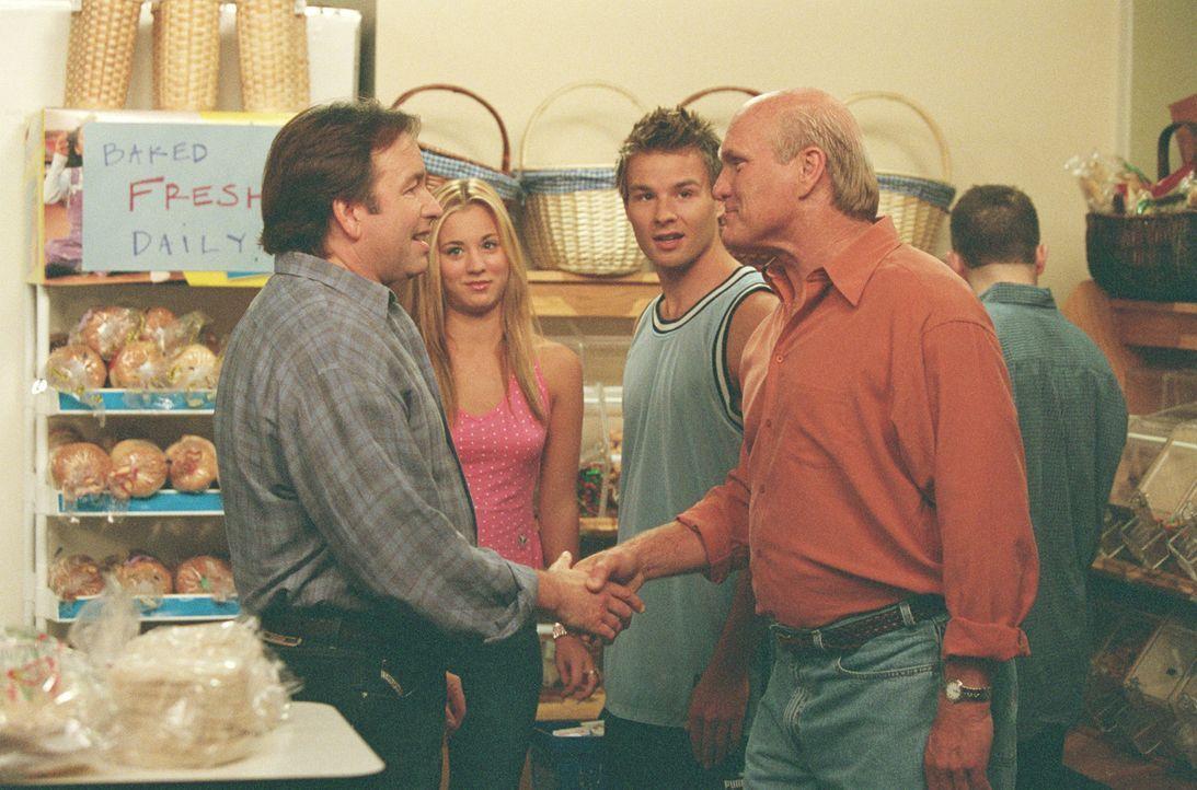 Bridget (Kaley Cuoco, 2.v.l.), die jetzt mit Travis (Matt Funke, 2.v.r.) liiert ist, stellt ihrem Vater (John Ritter, l.) den Vater (Terry Bradshaw,... - Bildquelle: ABC, Inc.