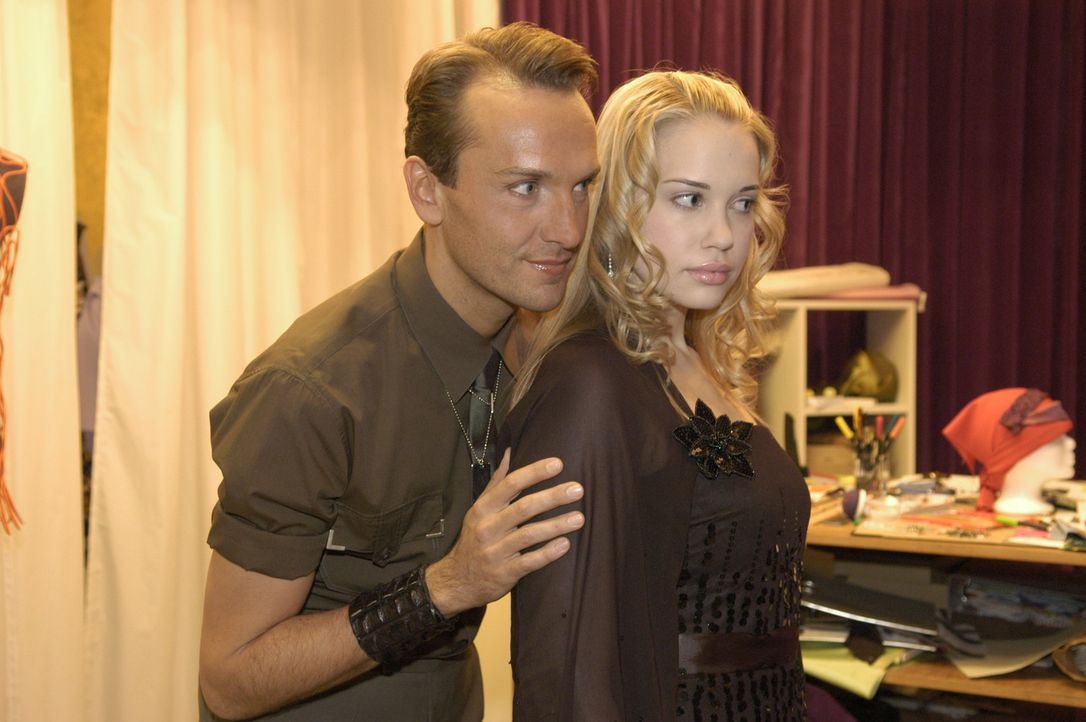 Hugo Haas (Hubertus Regout, l.) ist von seinem Kleid, das er für Kim Seidel (Lara-Isabelle Rentinck, r.) entworfen hat, völlig hingerissen. Kim ha... - Bildquelle: Sat.1