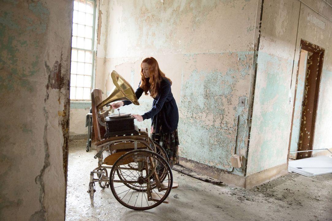 Genevieve bereitet alles vor, um Rebekah zu quälen - Bildquelle: Warner Bros. Entertainment Inc.
