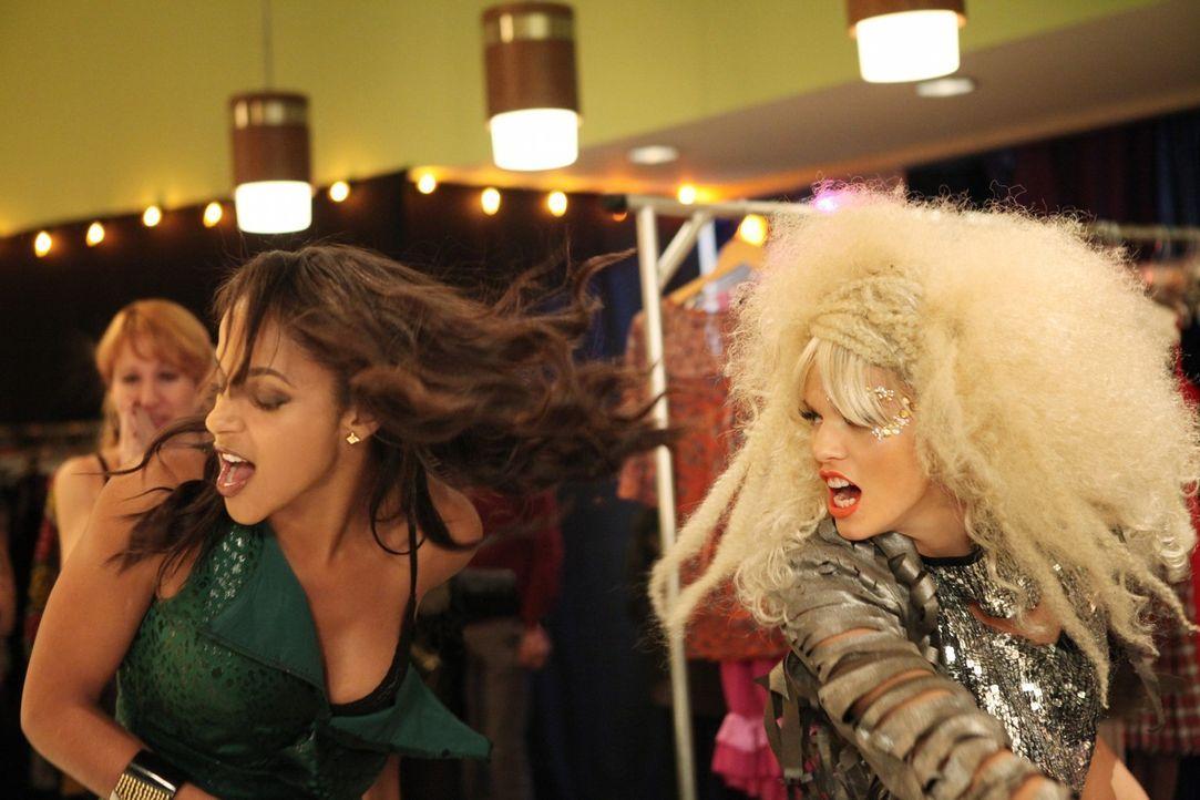 Holly (Megalyn Echikunwoke, l.) bekommt die Wut von Naomi Clark (AnnaLynne McCord, r.) zu spüren ... - Bildquelle: 2011 The CW Network. All Rights Reserved.