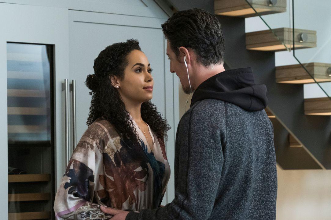 Macy Vaughn (Madeleine Mantock, l.); Julian Shea (Eric Balfour, r.) - Bildquelle: Katie Yu 2019 The CW Network, LLC. All Rights Reserved. / Katie Yu