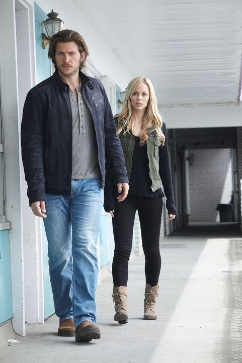Kommen Clay (Greyston Holt, l.) und Elena (Laura Vandervoort, r.) dem Geheimnis der mordenden Wölfe einen Schritt näher? - Bildquelle: 2014 She-Wolf Season 1 Productions Inc.