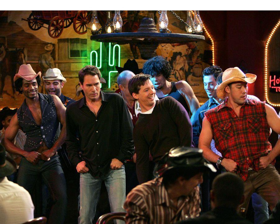 Im Gegensatz zu Will (Eric McCormack, 2.v.l.) hat Jack (Sean Hayes, 2.v.r.) beim Tanzen unter Cowboys seinen Spaß ... - Bildquelle: Chris Haston NBC Productions